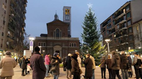 L'accensione dell'albero di Natale in piazza Petazzi a Sesto