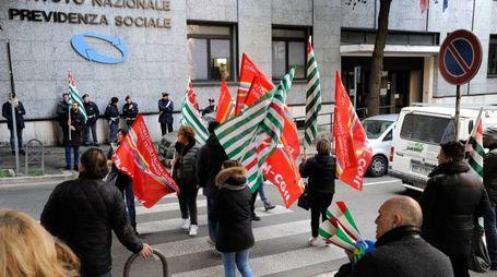 La manifestazione dei lavoratori della Tombolini davanti all'Inps (foto Calavita)