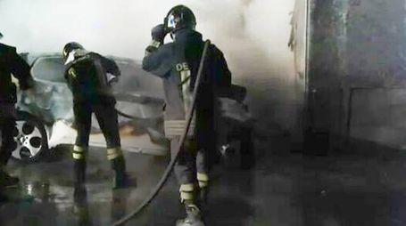 Vigili del fuoco spengono le fiamme nell'auto con a bordo i due giovani