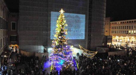 L'albero di Natale in piazza Trento Trieste (foto Businesspress)