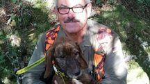 Il vigile del fuoco col cane appena salvato