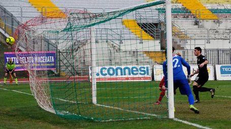 La rete del momentaneo pareggio di Petrilli (foto Calavita)