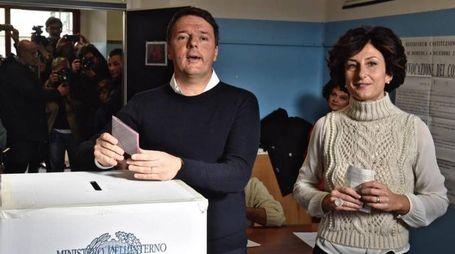 Referendum costituzionale, attesa per i risultati. Matteo Renzi al seggio (Ansa)