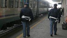 Due agenti della polizia ferroviaria in stazione