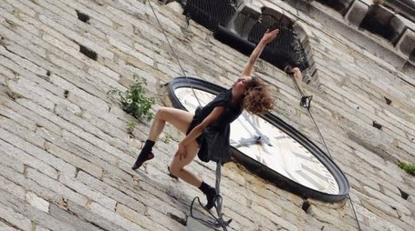 """In piazza Ruffilli """"Forme Uniche"""", grande performance di danza verticale"""