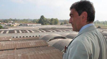 Il commissario Mariano Savastano, 52 anni, scruta la distesa di amianto nell'area dell'ex Cetem