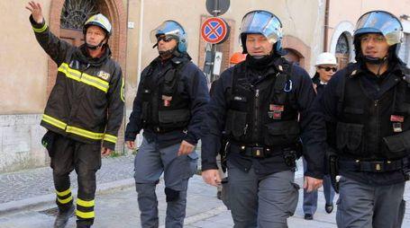 Vigili del fuoco e agenti di polizia (foto Calavita)