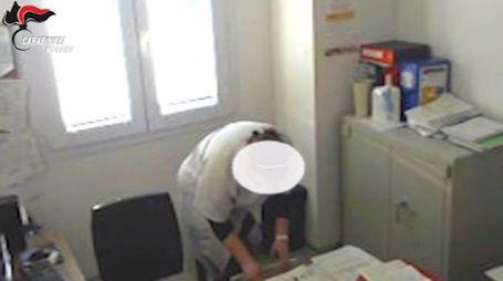 Un fermo immagine del video di sorveglianza che riprende il furto