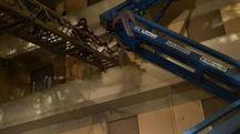 Il braccio mobile della piattaforma finito contro un palazzo
