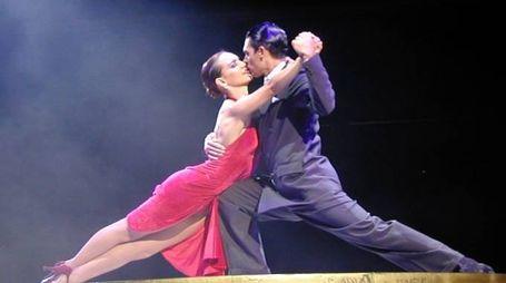 Due ballerini danzano il tango argentino