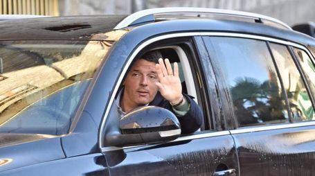 Crisi di governo, Renzi a casa: guida per le vie di Pontassieve (Ansa)