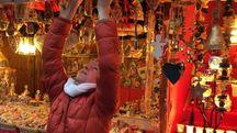 Le casette di legno sono una delle caratteristiche principali dei mercatini tirolesi costruiti per le feste di Natale