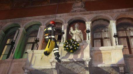 La coroncina su palazzo Nodari (Foto Donzelli)