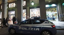 L'auto della Polizia di fronte all'Oviesse in via Ugo Bassi