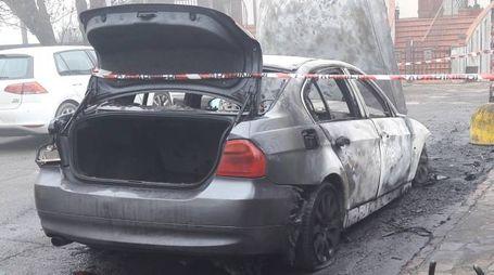 La vettura Bmw distrutta dalle fiamme in via Volta