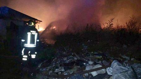 Incendio nel cosiddetto 'Ghetto dei Bulgari' (Ansa)