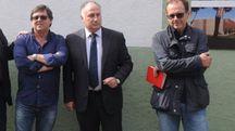 Il sindaco di Montignoso Gianni Lorenzetti al centro