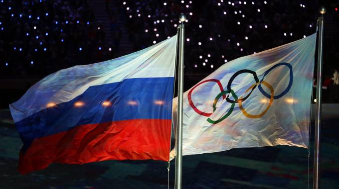 Le bandiere russa e olimpica a Sochi (Ansa)