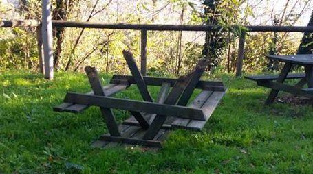 Tavolo rotto dai vandali al giardino di Rocca