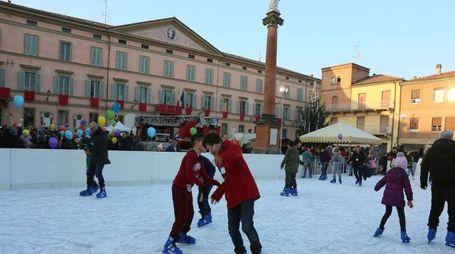 La pista di pattinaggio in piazza a Castel San pietro (Foto Isolapress)
