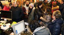 Fan in attesa di acquistare i biglietti per il concerto dei Guns in programma in Autodromo il 10 giugno