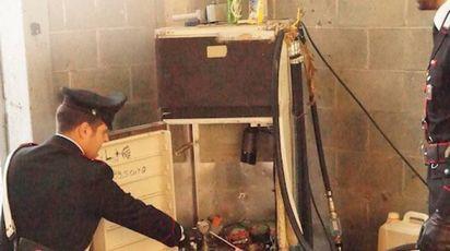 OPERAZIONE I carabinieri sul posto con il materiale trovato nell'ambito dell'indagine sul maxi furto di gasolio