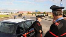 Carabinieri e, sullo sfondo, il centro commerciale Puntadiferro (foto Fantini)