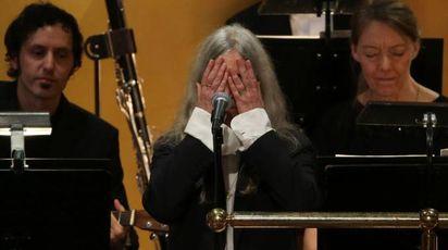 Patti Smith si commuove mentre canta Bob Dylan ai Nobel (Afp)