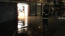Il tubo rotto in via Liguria (Foto Vigili del fuoco)