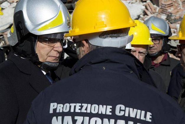 Il Capo dello Stato indossa un casco protettivo (Ansa)