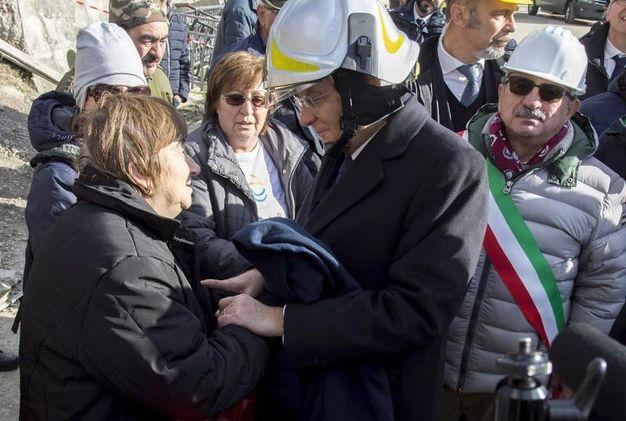 Con gli abitanti di Pescara del Tronto (foto Ansa)