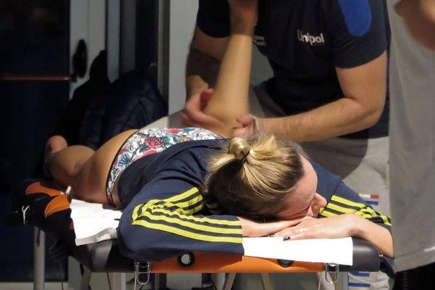 Federica Pellegrini sul lettino del massaggiatore ai campionati invernali di nuoto (Foto Fabrizio Pietrangeli)