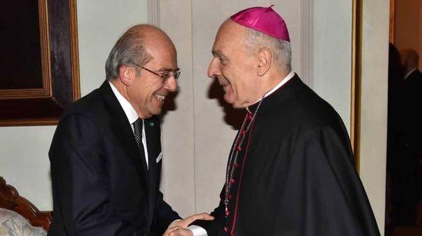 La stretta di mano del prefetto Raffaele Ruberto col vescovo Massimo Camisasca (foto Artioli)