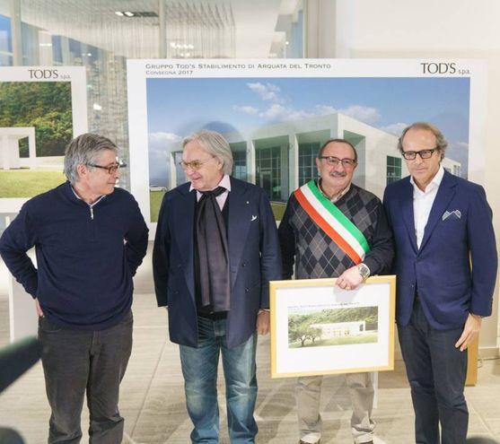 Consegnato al sindaco della martoriata Arquata, il quadro raffigurante la fabbrica gettata in tempi record, per la quale il Gruppo Tod's investirà 5 milioni di euro ( Foto Zeppilli)