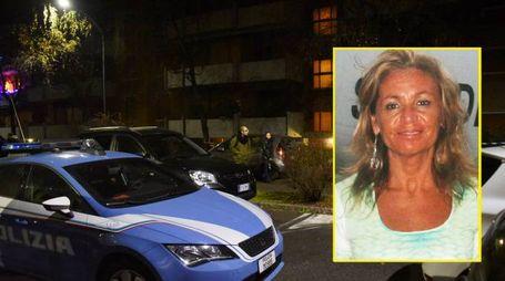 La polizia in via Keplero, dove abitava Daniela Roveri (nel riquadro)