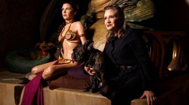 Carrie Fisher al Madame Tussauds di Londra. Accanto la statua del suo personaggio (Olycom)