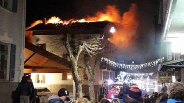 L'incendio divampato in centro a Chiesa Valmalenco