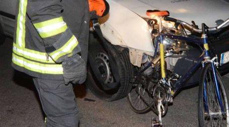 I vigili del fuoco mostrano la bicicletta distrutta nell'impatto