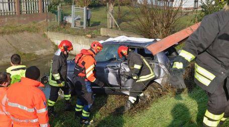 I vigili del fuoco mentre recuperano l'auto