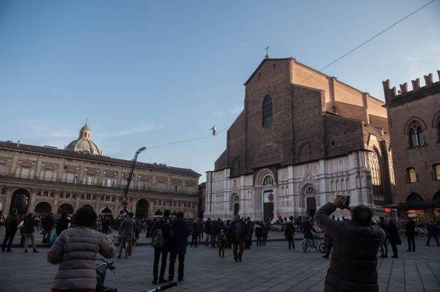 Ecco gli atleti dello slacklining in azione su piazza Maggiore (Schicchi)
