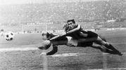 La storica-foto in cui Pascutti segna di testa all'Inter, anticipando Burgnich (Ansa)