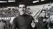 Un sorridente Ezio Pascutti con la maglia del Bologna (Olycom)