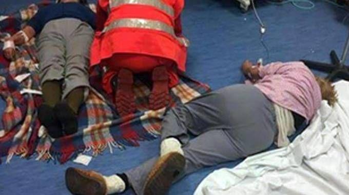 Pazienti a terra al pronto soccorso di Nola (Ansa)
