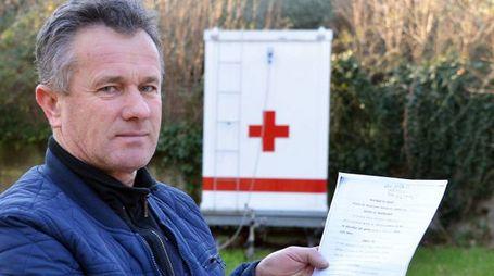 Jorgo (Giorgio) Ceka, 51enne muratore di origine albanese  mostra i documenti di acquisto Sotto il casolare  occupato  dai profughi