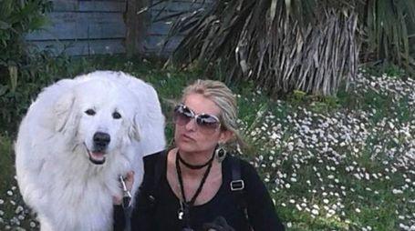 Cristina Fagnoli con il cane Achille, tumulato nella tomba di famiglia (Foto Cappelli)