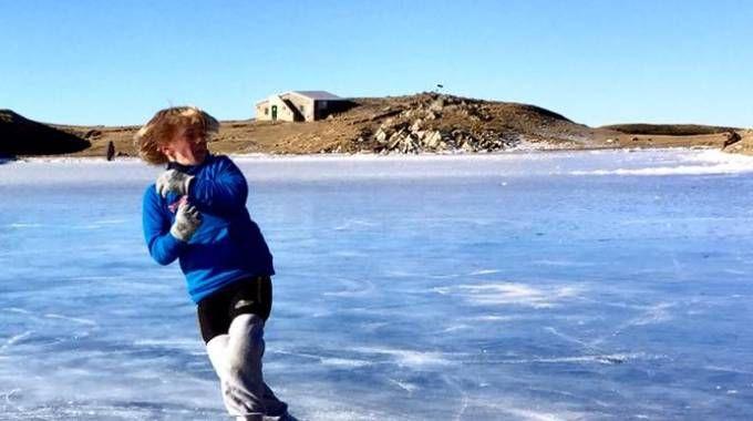 Il ragazzino che pattina sul lago
