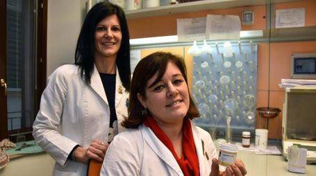 Veruska Maltoni e Carlotta Morigi della farmacia Fabbri di Forlimp1107opoli con la cannabis terapeutica (Fantini)