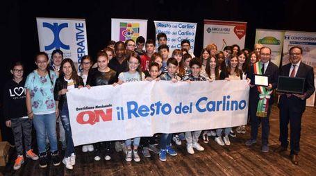 Premio Banca di Forlì alla scuola media di Dovadola nel 2016: i ragazzi hanno vinto un computer portatile (foto Fantini)