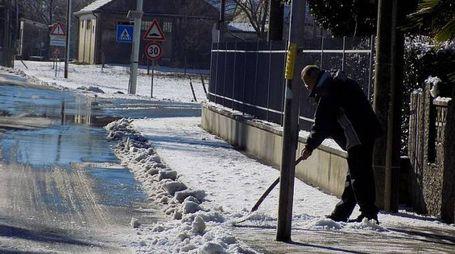 Un uomo spala la neve ad Ariano nel Polesine (foto Braghin)