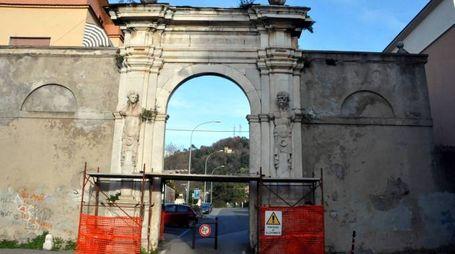 A Massa l'antico arco del 1500 è abbandonato al degrado